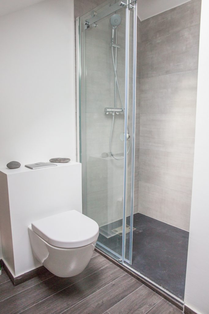 modification d'une salle de bain avec wc et douche